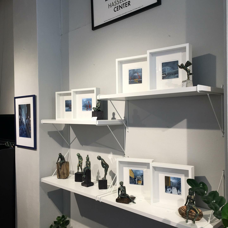 Hyllor med skulpturer och små tavlor