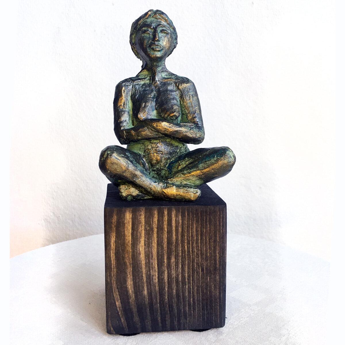 """""""Lotus"""" skulptur i papiermaché. Höjd 18 cm. 2900 kr."""