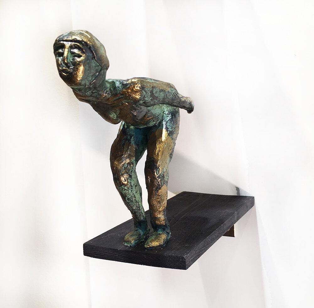 """""""På det tredje"""" skulptur i papiermaché. Höjd 14 cm. 2900 kr."""