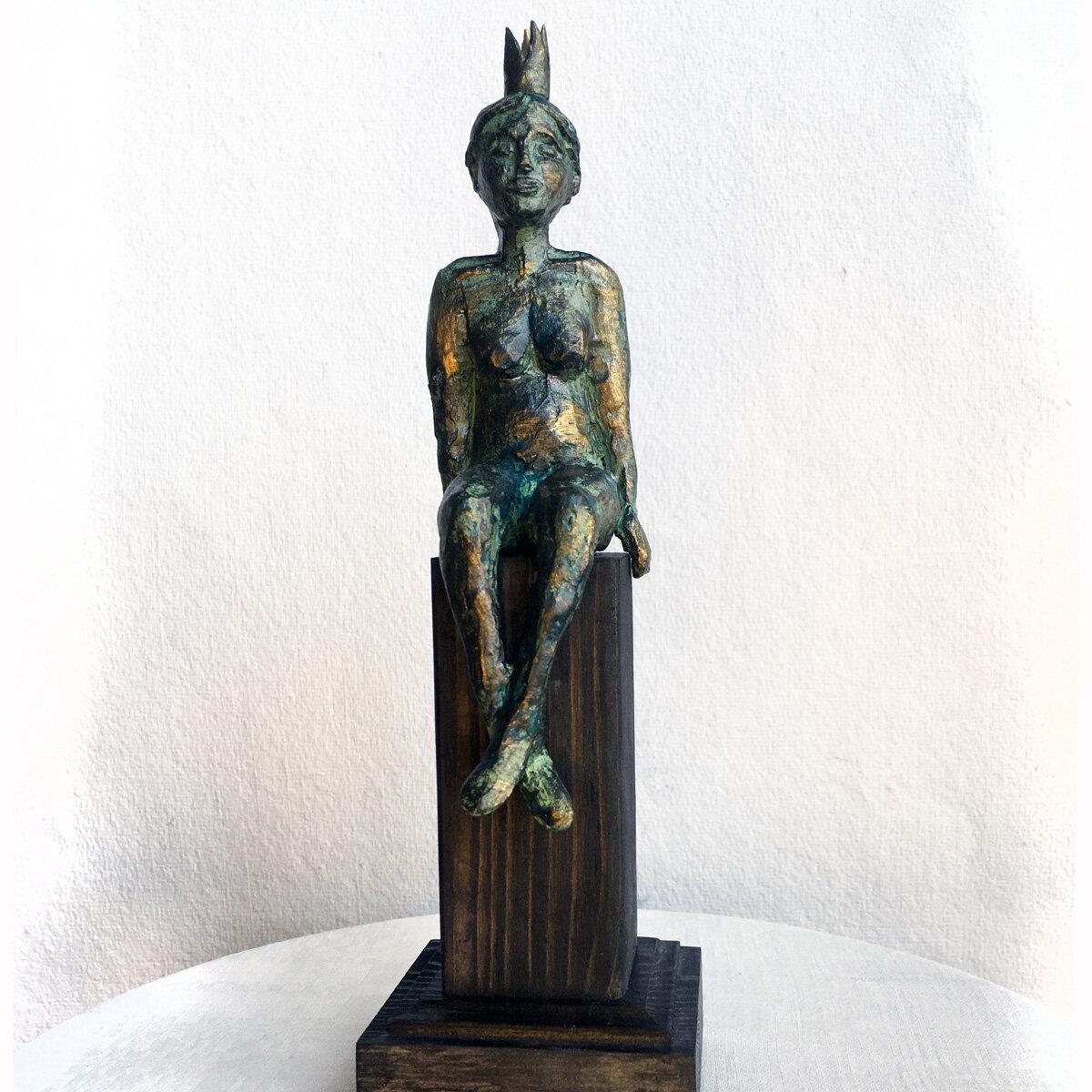 """""""På piedestal"""" skulptur i papiermaché. Höjd 26 cm. 2900 kr."""