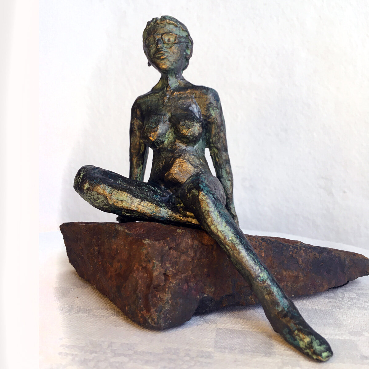 """""""Solvarm klippa"""" skulptur i papiermaché. Höjd 13 cm. 2900 kr."""