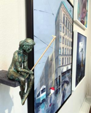 """""""Bakom flötet"""" skulptur i papiermaché. Höjd 16 cm. 2900 kr."""
