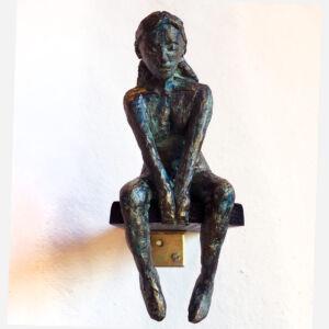 """""""Trampolin"""" skulptur i papiermaché. Höjd 15 cm. 2900 kr."""